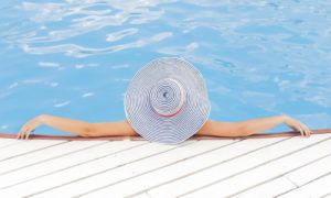 Leisure activities : woman in pool