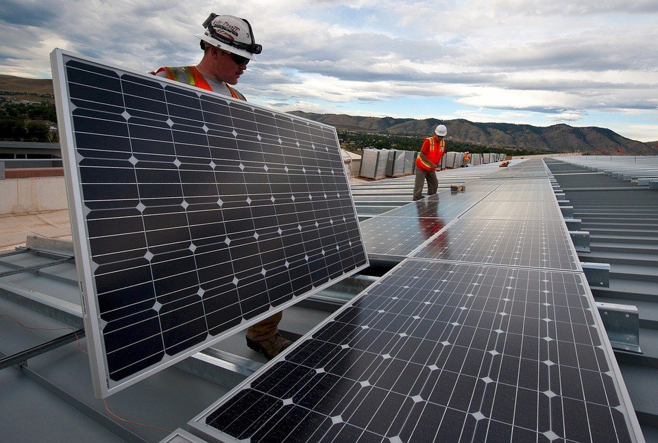 India's solar tariffs : Construction workers setting up solar panels