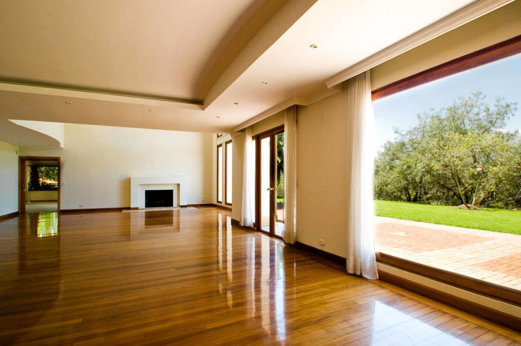 This picture show a luxury empty house.
