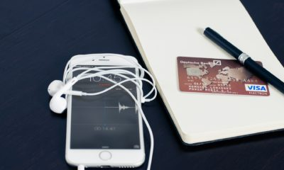 This picture show a smartphone beside a credit card, representing an e-wallet.