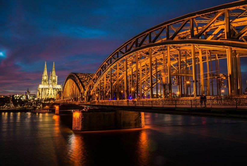 This picture show a big bridge.