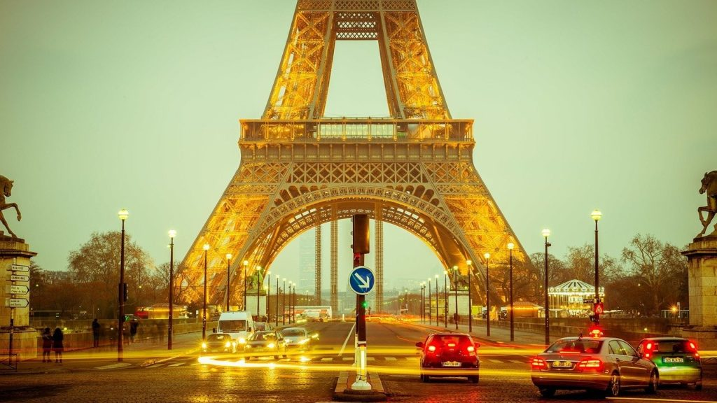 This picture show the Eiffel Tower.