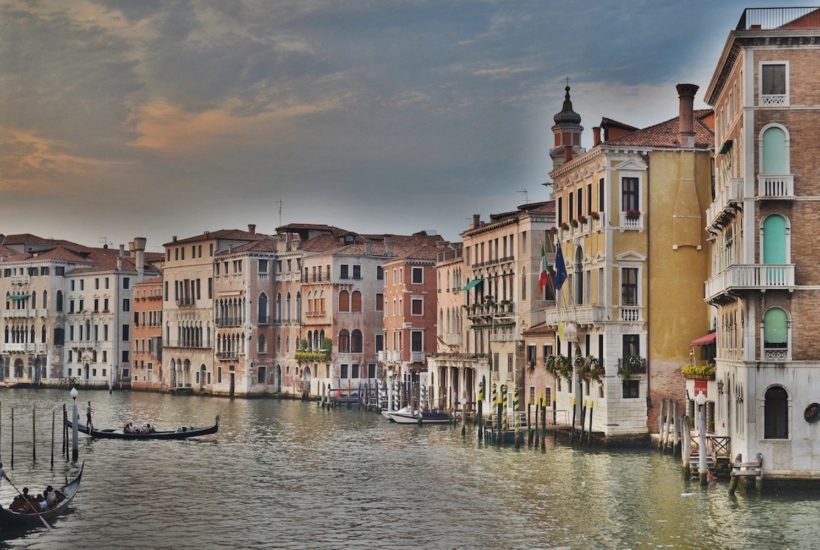 This picture show a canal in Venice.