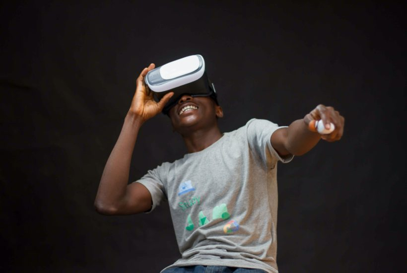 This picture show a persona using a VR headset.
